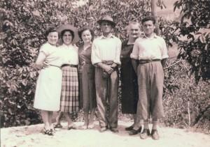 Ottignano (Tredozio), anni '50. Da sinistra a destra: Bruna Cavina (sorella di Angela), Elena Giovannetti (cugina), Angela Cavina, Vincenzo Cavina e Maria Fabbri ( i genitori di Angela), Vincenzo Cavina (il fratello omonimo del padre).