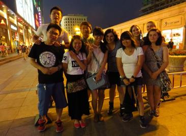 Compagni di classe e amici cinesi dopo una cena giapponese nel centro di Tianjin