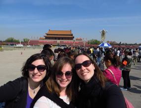 Io, Maria (compagna di classe) e Veronica davanti alla Città proibita di Pechino