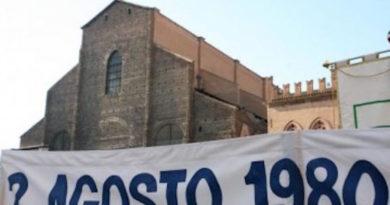 l più grave atto terroristico avvenuto in Italia nel secondo dopoguerra, da molti indicato come uno degli ultimi atti della strategia della tensione. Come esecutori materiali furono individuati dalla magistratura alcuni militanti di estrema destra, appartenenti ai Nuclei Armati Rivoluzionari (NAR), tra cui Giuseppe Valerio Fioravanti. Gli ipotetici mandanti sono tuttora sconosciuti
