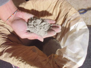 L'argilla azzurra, particolare materia prima che si trova nei calanchi tra Faenza e Imola