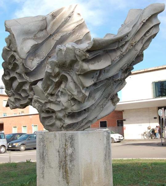 L'opera in grès bianco di Carlo Zauli fu realizzata nel 1988