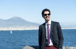 Dopo aver studiato musica a Faenza, Simone Laghi ha viaggiato per l'Europa, prima in Olanda e poi in Galles