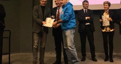 """Luigi Mariani riceve la """"Quercia"""" dall'ex Vice Presi dente FIDAL Morini e dal Presidente Regionale del CONI Supra ni"""